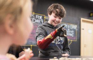 Управляемая разумом роботизированная рука впервые эффективно работает без мозговой имплантации